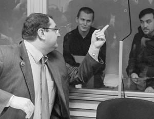 Адвокат Юрий Грабовский и его подзащитные Александр Александров и Евгений Ерофеев
