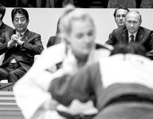 Путин и Абэ наблюдают за борьбой российских и японских дзюдоистов