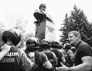 Полиция не стала мешать агрессии против памятника маршалу Жукову