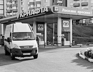 Жители Украины тревожно смотрят на ценники на заправках
