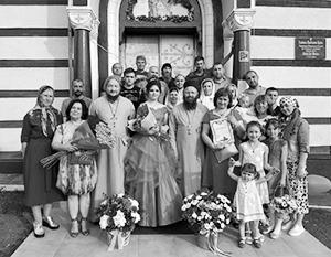 По мнению некоторых жителей Украины, на коллективной фотографии достойны присутствовать только те школьники, которые посещают приход «правильной» церкви