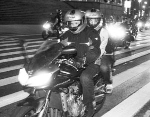 Мотоциклисты любят погонять в сухую жаркую погоду – как раз такая установилась сейчас в Москве