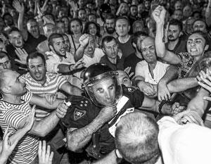 Толпа сторонников Саакашвили сумела прорваться во двор парламента и частично разоружить охрану