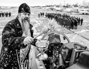Привычная сцена в современной Российской армии – священник освящает боевую систему (в данном случае истребитель)