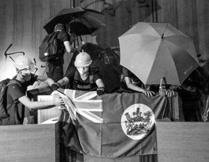 В зале заседаний законодательного собрания Гонконга 1 июля вывесили колониальный флаг