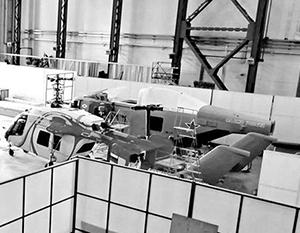 Справа - первый образец перспективного вертолета для ВМФ РФ