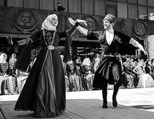 Чеченский танец строго регламентирован, и горе тому, кто посмеет внести в него изменения