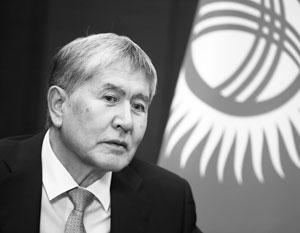 Под конец своего президентства Атамбаев стал Героем Киргизской Республики. Теперь Героя отбивает от полиции охрана