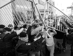 Толпы радикальной оппозиции прорывали полицейские кордоны в центре столицы