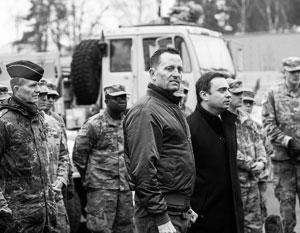 Посол Ричард Гренелл (на первом плане) с американскими военными в Германии