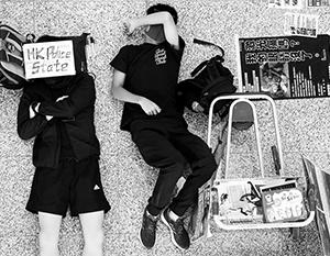 Блокирование работы аэропорта ставит вопрос финансового благополучия Гонконга ребром и вынуждает Китай к крайним мерам