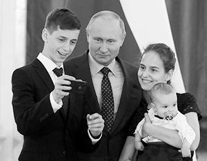 Владимир Путин с детьми из семьи Шутылевых из Хакасии