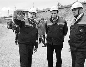 Игорь Артамонов (в центре) на одном из объектов крупнейшего налогоплательщика области, НЛМК