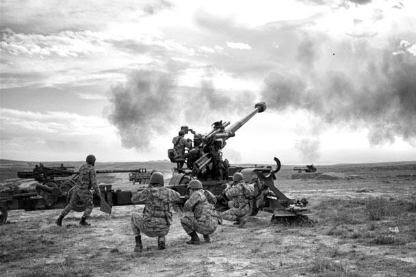 Турецкая армия начала наземную часть вторжения в северную Сирию с применением артиллерии и танков. Перед этим были нанесены авиаудары по нескольким городам, сообщалось о жертвах среди мирных граждан. Невзирая на возмущение США, турки намерены довести операцию «Источник мира» до логического конца