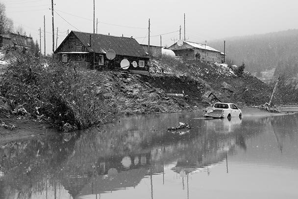 Прорыв дамбы в Красноярском крае унес жизни 15 человек, столько же считаются пропавшими без вести. Трагедия произошла на технологическом водоеме золотодобывающей артели на реке Сейба