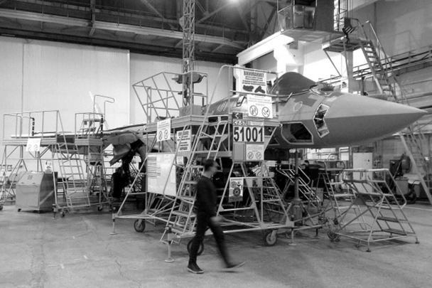 Появились кадры сборки первого серийного истребителя Су-57, проходящей в Комсомольске-на-Амуре на авиазаводе им. Гагарина. Замминистра обороны Алексей Криворучко пообещал, что самолет поступит в ВКС уже к концу года, а в следующем году армия получит еще один такой истребитель