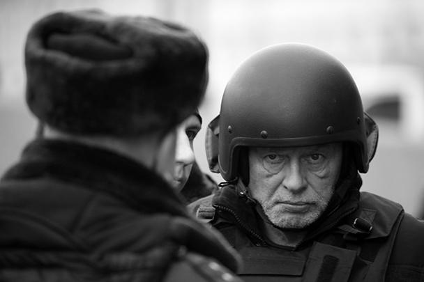 Историка Олега Соколова привезли на следственный эксперимент на набережную реки Мойки в Петербурге. Именно там, по данным следствия, он пытался избавиться от трупа своей невесты, точнее от отрубленных рук. Причем Соколова привезли в шлеме и бронежилете – видимо, опасаясь за его безопасность