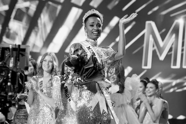 В американской Атланте прошел 68-й по счету конкурс «Мисс Вселенная». Жюри выбирало самую красивую девушку планеты из представительниц 90 стран мира. Победительницей стала 26-летняя южноафриканка с необычной внешностью Зозибини Тунзи, являющаяся бакалавром технологических наук