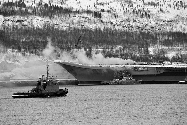 12 декабря на единственном российском авианосце «Адмирал Кузнецов» произошел пожар. Возгорание началось во время очередных ремонтных работ на корабле. Число пострадавших достигло 12 человек