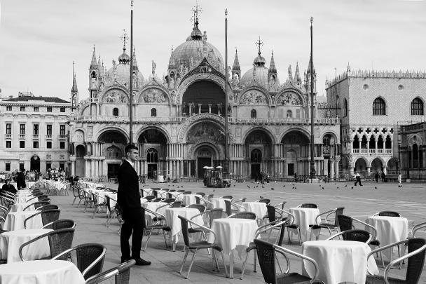 В связи с резким ростом смертности от коронавируса власти Италии ввели карантинные меры на всей территории страны. Гражданам запрещается перемещение без уважительных причин. Прекращены любые спортивные состязания, закрытие коснулось всех развлекательных учреждений, включая музеи и театры