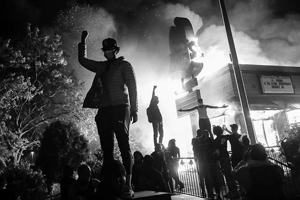 В Миннеаполисе четвертый день продолжаются массовые беспорядки после убийства полицейскими афроамериканца Джорджа Флойда. В городе введен режим чрезвычайного положения и направлено свыше 500 бойцов Национальной гвардии США. Массовые акции протеста проходят также в других городах Америки