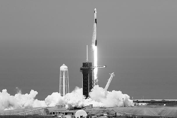 В субботу ракета-носитель Falcon-9 с кораблем Crew Dragon компании SpaceX стартовала с космодрома на мысе Канаверал. Запуск был осуществлен со второй попытки: в минувшую среду старт был отменен за 17 минут до расчетного времени из-за неблагоприятных погодных условий