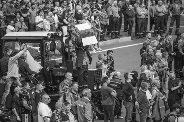 Все больше рабочих белорусских предприятий выходят на забастовки с призывами к властям отменить результаты президентских выборов. Рабочие также устраивают митинги с требованием прекратить насилие в стране. Сам президент Белоруссии Александр Лукашенко увидел в забастовках на заводах выгоду для иностранных государств