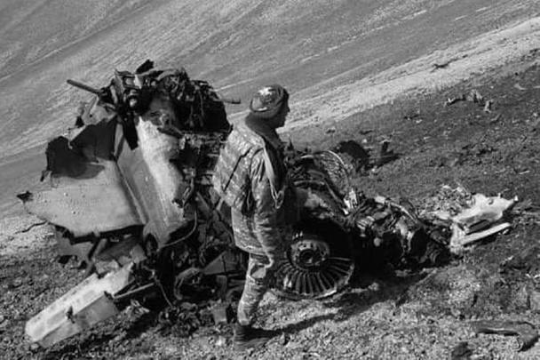 В Армении опубликовали фотографии с места крушения штурмовика Су-25, сбитого, по заявлению Еревана, турецким истребителем F-16. На снимках видны сгоревшие части самолета, разбросанные по склону горы