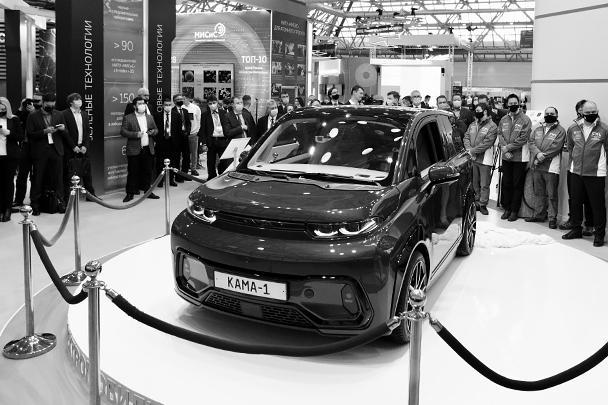 На выставке «Вузпромэкспо» презентован первый предсерийный образец электрического смарт-кроссовера «Кама-1». Это совместная разработка Санкт-Петербургского политехнического университета и ПАО «КамАЗ». Электромобиль рассчитан на четырех пассажиров и может развивать скорость до 150 км/ч