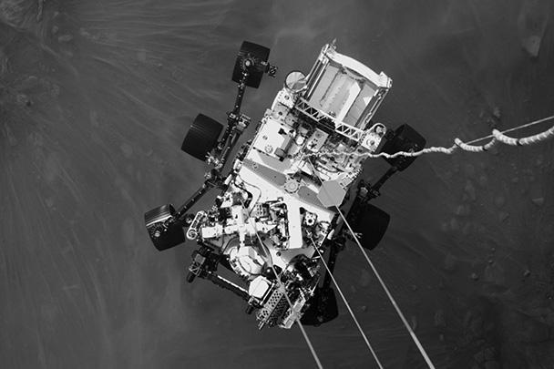 НАСА опубликовало фотографии, снятые исследовательским аппаратом Perseverance на Марсе. Миссия Mars 2020 стартовала с Земли в июле 2020 года, а 18 февраля планетоход приземлился в районе кратера Езеро. Главная задача миссии – забор образцов марсианского грунта, которые будут доставлены на Землю