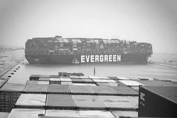 Транспортный коллапс глобального значения – так мировые СМИ описывают чрезвычайное происшествие в Суэцком канале, где 400-метровый контейнеровоз сел на мель и блокировал движение других судов. Через главную морскую артерию между Азией и Европой проходит около 10% мировых торговых маршрутов