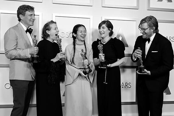 В Лос-Анджелесе прошла 93-я церемония вручения кинопремии «Оскар». Главный фаворит прошлого года, фильм Хлои Чжао «Земля кочевников» получил статуэтки в трех номинациях, в том числе став лучшим фильмом года. На фото: продюсеры Питер Спирс, Фрэнсис МакДорманд, Хлоя Чжао, Моллье Ашер и Дэн Джанви