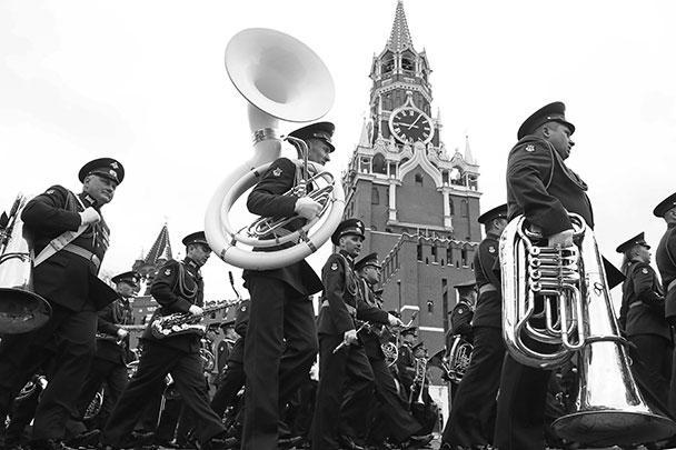В Москве прошел торжественный парад Победы. В нем участвовали более 12 тыс. военнослужащих. По Красной площади прошло свыше 190 единиц техники, среди которых оказались образцы времен войны и современные машины. Над столицей пролетели 76 самолетов и вертолетов