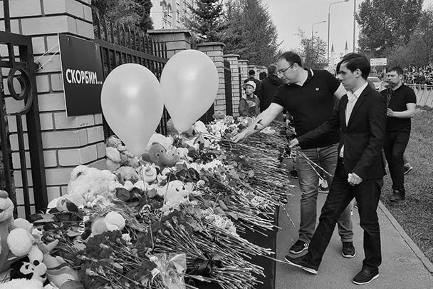 Чудовищное преступление вызвало массовую реакцию жителей Казани. На фото – стихийный мемориал, возникший после трагедии у гимназии № 175. Мемориал уже переполнен, к нему огромные очереди, пускают по 20-30 человек