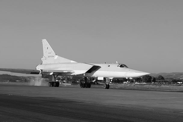 Дальние бомбардировщики Ту-22М3 совершили перелет на российскую авиабазу Хмеймим в Сирии. По мнению экспертов, в зоне досягаемости наших самолетов теперь окажется Северная Африка, Ближний Восток, Средний Восток и Восточное Средиземноморье