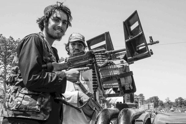 Радикальное движение «Талибан» (запрещенное в России) вело 25-летнюю войну, но в конце одержало быструю и почти бескровную победу. 15 августа 2021 года талибы без боя вошли в Кабул. Американцы спешно эвакуируют посольство, лояльные им афганцы бегут в панике