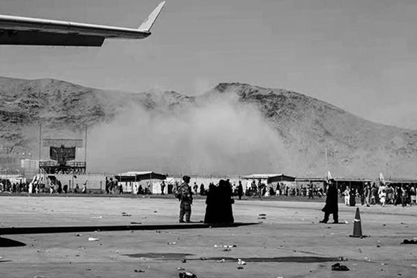 За считанные дни до ухода американцев из Афганистана в аэропорту Кабула произошел крупный теракт. В результате серии взрывов погибли более ста человек, из них 13 американских морпехов. Ответственность за атаку взяло на себя ИГ (террористическая организация, запрещена в России)