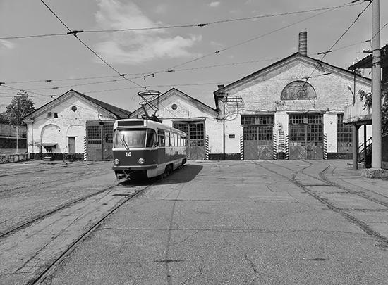 На фото – трамвайное депо Владикавказа. Это лишь один из многочисленных городских объектов, со сложной историей которых теперь вынуждена разбираться региональная власть. О том, как это происходит, читайте в специальном репортаже газеты ВЗГЛЯД