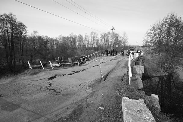 Обрушенный мост на реке Тинарке стал одним из символов запроса на перемены, которые так нужны жителям Ульяновской области. Как власть отвечает на этот запрос, на месте событий наблюдал спецкор газеты ВЗГЛЯД