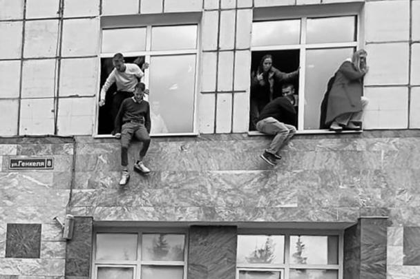 На территории Пермского госуниверситета один из учащихся открыл стрельбу по окружающим. По последним данным, погибли шесть человек, еще 24 получили ранения и травмы – в панике студенты прыгали из окон. Известно, что преступник владел оружием на законных основаниях