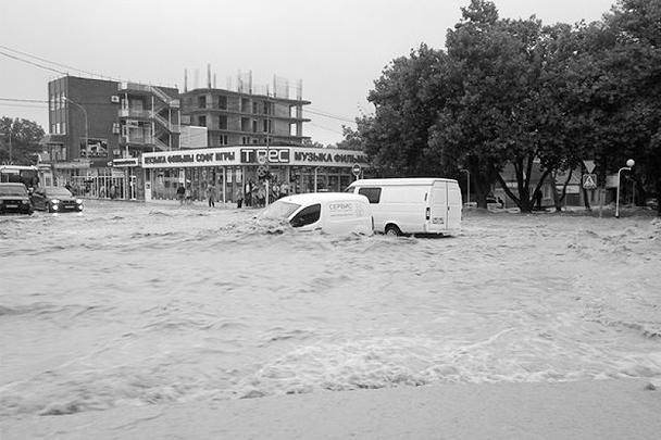 Краснодарский край в субботу оказался во власти сильного наводнения. Затоплены дома, в которых проживали 13 тысяч человек
