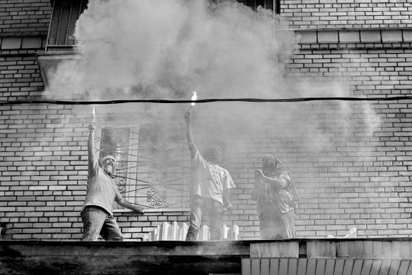 Трое мужчин в масках провели у Хамовнического суда Москвы акцию в поддержку Pussy Riot. Как во время выступления группы в храме Христа Спасителя, они забрались на козырек здания библиотеки напротив суда, зажгли файеры и скандировали «Свободу Pussy Riot»
