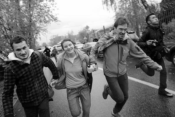 Екатерина Самуцевич (в центре) стала единственной участницей скандальной группы Pussy Riot, которая была отпущена судом на свободу. Ее приговор был заменен на условный