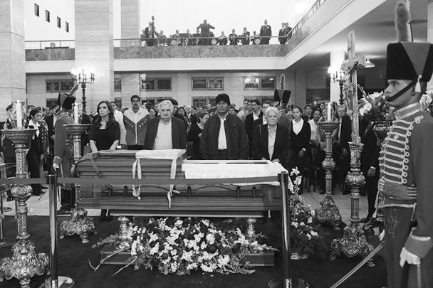 В столице Венесуэлы началась церемония прощания с Уго Чавесом. В почетный караул рядом с гробом главы государства, который два дня будет выставлен в Военной академии Каракаса, встали президенты Аргентины, Боливии и Уругвая