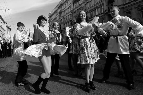 Веселому настроению участников манифестации способствовала солнечная погода. Вместо заявленных 60 тыс. человек в шествии сторонников «Единой России», Народного фронта и Федерации независимых профсоюзов в Москве, по данным полиции, приняли участие около 90 тыс. человек