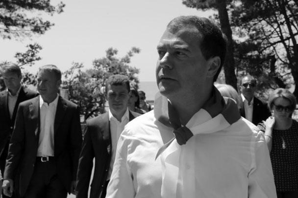 Глава российского правительства Дмитрий Медведев в ходе посещения всероссийского детского центра «Орленок» в Краснодарском крае был удостоен звания «Почетный орленок»
