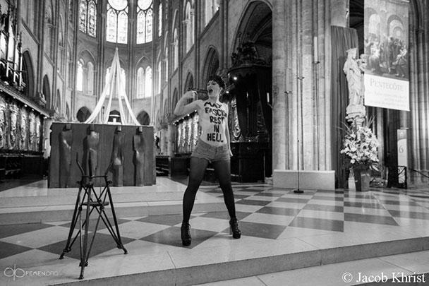 Активистка группы FEMEN, по сути, повторила действия другой не менее скандальной группы, только за пределами России. Полуобнаженная девушка провела акцию перед алтарем самого знаменитого храма Франции – собора Парижской Богоматери