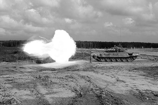 Красочное и эффектное действо состоялось в подмосковном Алабино: открылись первые в России, да и в мире соревнования по танковому биатлону. Машины участников для большей наглядности были выкрашены в разные цвета