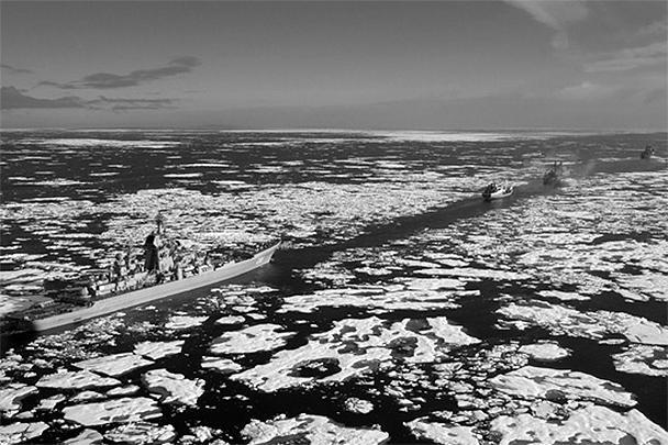 Тяжелый атомный ракетный крейсер «Петр Великий», флагман Северного флота, совершает масштабный поход в Арктике. Сразу четыре других атомных надводных корабля – ледоколы «Ямал», «Вайгач», «50 лет Победы» и «Таймыр» – были задействованы в уникальной операции проводки корабля через льды