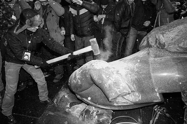 Активисты националистической партии «Свобода» разрушили памятник Владимиру Ленину, который находился на бульваре Шевченко в Киеве. Скульптуру свалили с пьедестала с помощью тросов. Украинская милиция по факту сноса памятника провела несколько задержаний